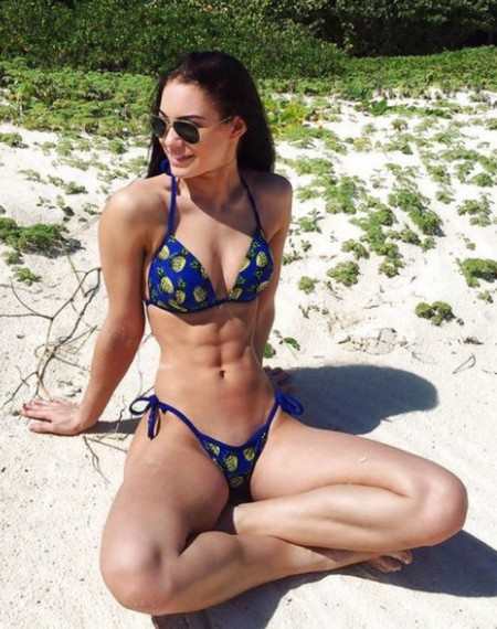 ea13e9140dcbe12df34e5cf7e9b11dd0 Girls with six packs, intimidating or hot? you be the judge (52 Photos)