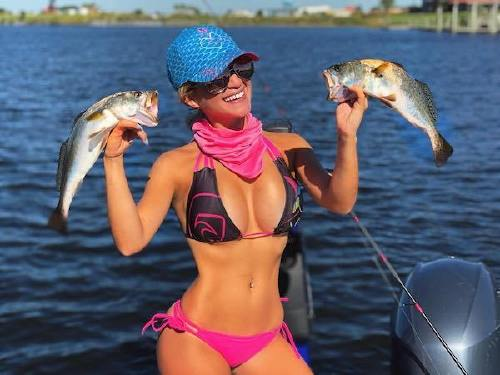 327 n Cami can handle a fishing rod and rock a bikini at the same time (26 Photos)