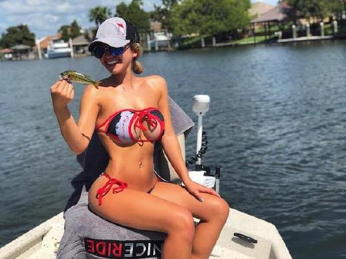 607 n Cami can handle a fishing rod and rock a bikini at the same time (26 Photos)