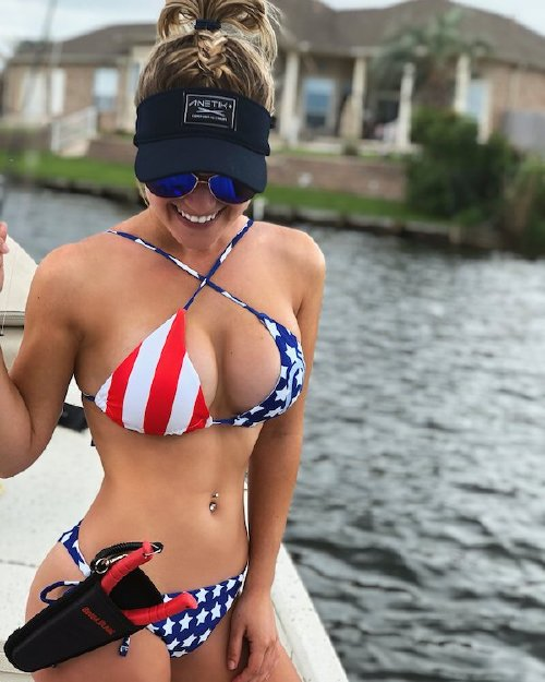 776 n Cami can handle a fishing rod and rock a bikini at the same time (26 Photos)