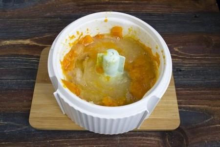 Остывшую тыкву перекладываем в блендер, добавляем яйцо, соль и сахар