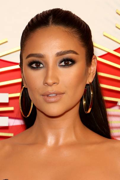 Shay Mitchell slayed the best smokey eye of the year at the Revolve Awards.