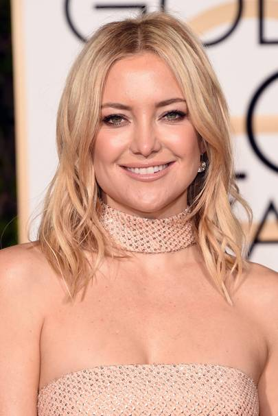 At the Golden Globes Awards 2016, Kate Hudson rocked a subtle but pretty bronze smoky eye and finished her look with some nude glossy lips.