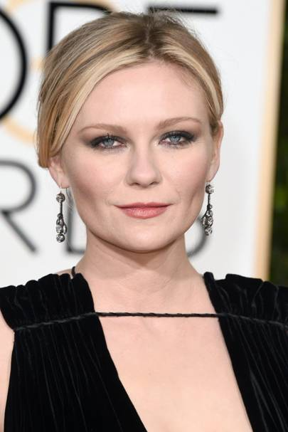 Kirsten Dunst looked stunning at the Golden Globes 2016. We love her subtle rose-hued nude lip and dark smoked out eyes.